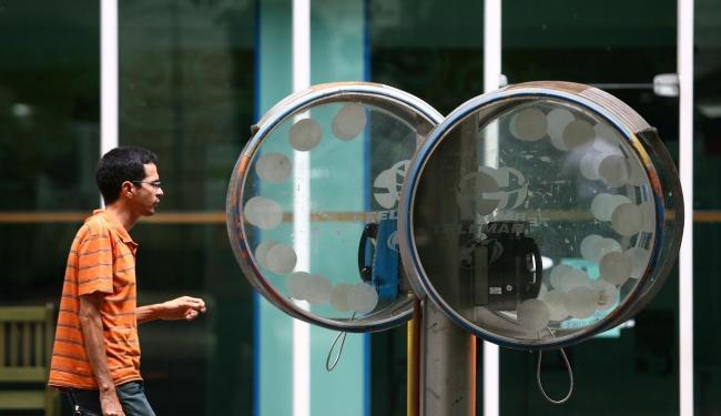Proposta em análise na Anatel pretende transformar orelhões em transmissores de Wi-F - Foto: Raul Spinassé | Ag. A TARDE