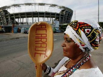Ney Campello garante quitutes no entorno e tenta permiti-los no estádio - Foto: Raul Spinassé | Ag. A TARDE