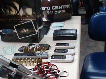 Além das joias, foram encontrados com os suspeitos duas pistolas e algemas - Foto: Divulgação | Polícia Militar