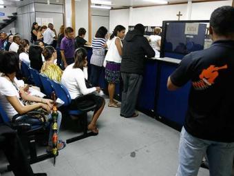 Filas, perda de dados e falta de informações sobre novos endereços são algumas das queixas - Foto: Raul Spinassé | Ag. A TARDE