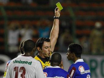 Gabriel (à direita), Titi e Danny receberem o terceiro amarelo; Hélder e Elias são dúvidas - Foto: Eduardo Martins / Ag. A Tarde