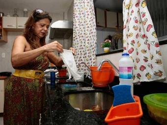 Materiais são focos de micro-organismos que fazem mal à saúde - Foto: Gildo Lima| Ag. A TARDE. 02/08/2011