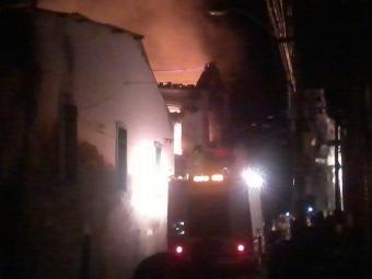 Fogo se alastrou por toda a casa e para a residência vizinha - Foto: Caio Pedra