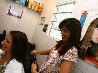 O SineBahia está a procura de duas cabeleireiras - Foto: Fernando Amorim   Ag. A TARDE