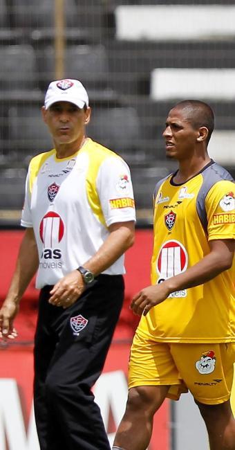 Técnico e capitão conversam: relação é apenas profissional - Foto: Eduardo Martins   Ag. A TARDE