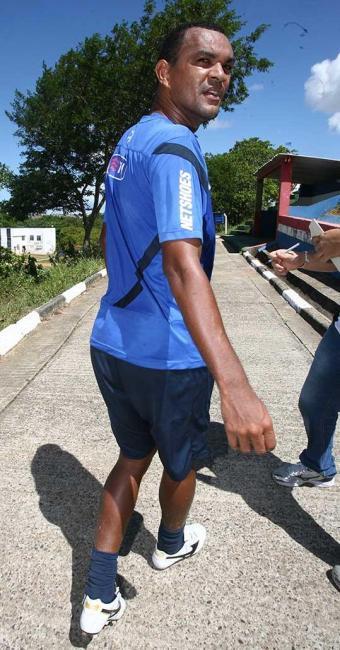 Após dividida com Titi, volante tricolor deixa treino com dores no tornozelo, mas não preocupa - Foto: Arestides Baptista | Agência A TARDE