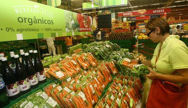 A nutricionista Ana Paula escolhe alimentos orgânicos no mercado - Foto: Ivan Baldivieso | Ag. A TARDE