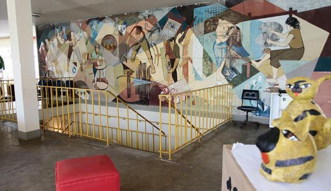 Painel da artista Maria Célia Mendonça na sala de aulas de fotografia e pintura - Foto: Mila Cordeiro   Ag. A TARDE
