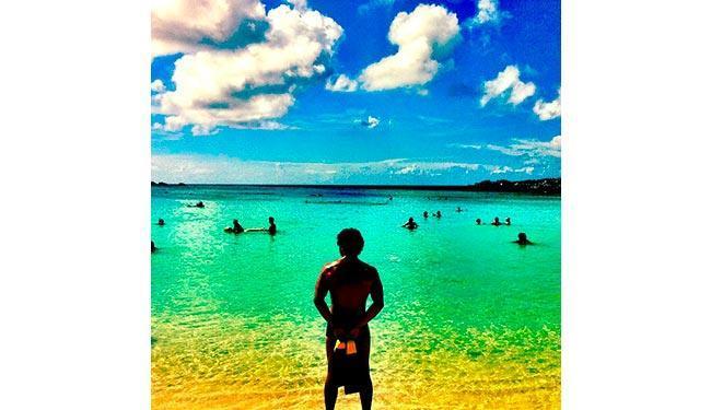 Caio Castro curte a praia cheio de moral, aproveitando as férias - Foto: Reprodução   Instagram