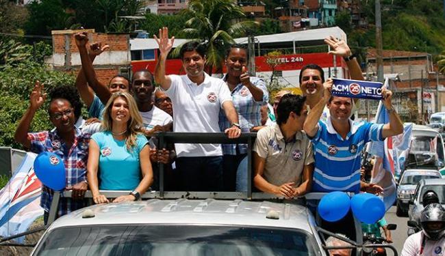 Candidato do DEM participou de carreata em Cajazeiras e na Avenida Suburbana - Foto: Marco Aurélio Martins | Ag. A Tarde