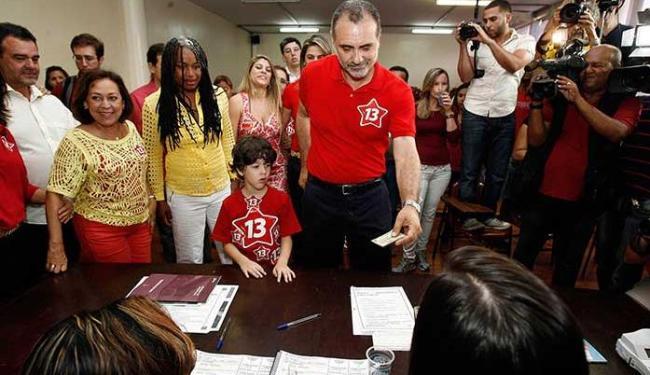 Na chegada à sua sessão, o candidato do PT agradeceu ao apoio dos eleitores - Foto: Raul Spinassé   Ag. A TARDE