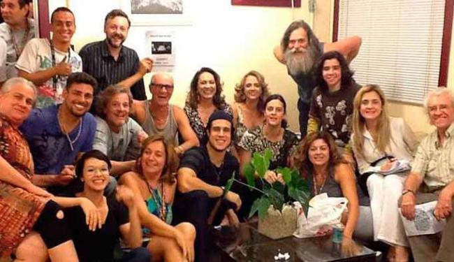 Elenco se reuniu para assistir à importante capítulo em que Nina retornou à mansão de Tufão - Foto: Divulgação