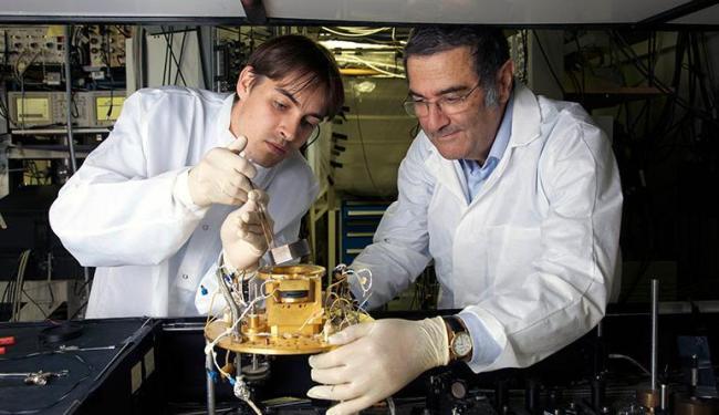 Serge Haroche, médico francês, à direita, e seu assessor Igor Dotsenko, em Paris - Foto: Christophe Lebedinsky | AP Photo