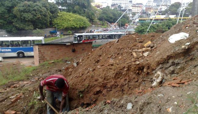 Apesar das demolições, os ocupantes da área continuaram as escavações no terreno - Foto: Henrique Mendes   Ag. A TARDE