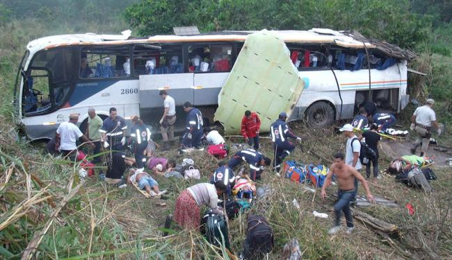 O ônibus capotou e caiu em uma ribanceira - Foto: Site: giroemipiau | Divulgação