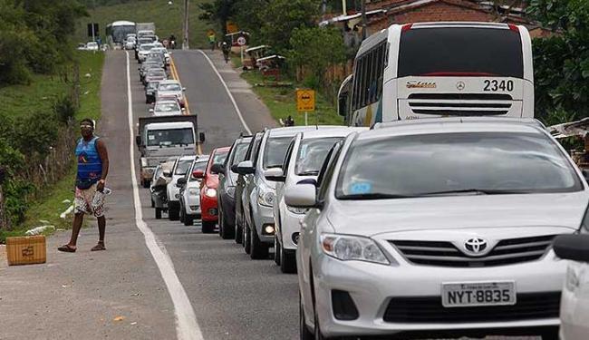 Congestionamento na estrada e buracos foram alguns dos inconvenientes da viagem de carro - Foto: Lúcio Távora | Agência A TARDE