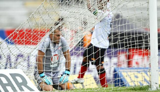 Deola lamenta gol sofrido pelo Vitória; não fosse por ele, a derrota para o Paraná poderia ter sido - Foto: Heuler Andrey/Estadão Conteúdo