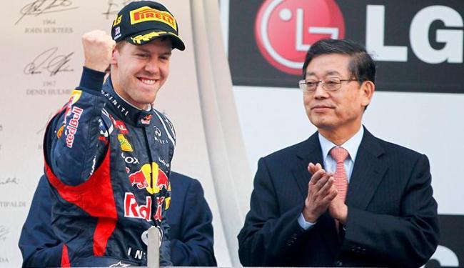 Com esta vitória, Vettel superou Alonso na classificação e assumiu a liderança do Mundial - Foto: Diego Azubel / Agência EFE