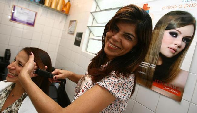Joilma trocou a carreira de professora para investir em curso de cabeleireira e hoje é dona de salão - Foto: Fernando Amorim | Ag. A TARDE