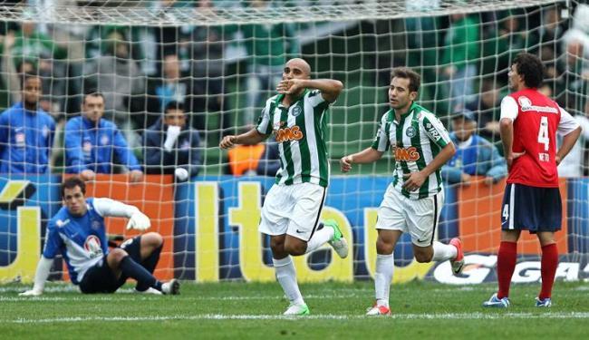 Apostando na bola aérea, Coritiba derrotou o Bahia num gol do artilheiro Deivid - Foto: Heuler Andrey/Estadão Conteúdo