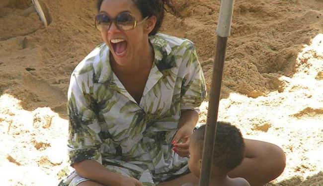 A atriz Thais Araujo brinca nas areias do Porto com o pequeno João - Foto: Maurício Cerqueira   Divulgação