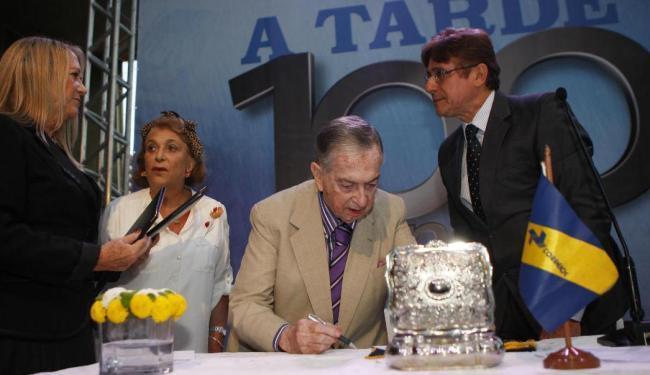 Renato Simões e Vera Simões assinaram o carimbo junto com Cláudio Garcia (diretor dos Correios) - Foto: Lúcio Távora | Ag. A TARDE