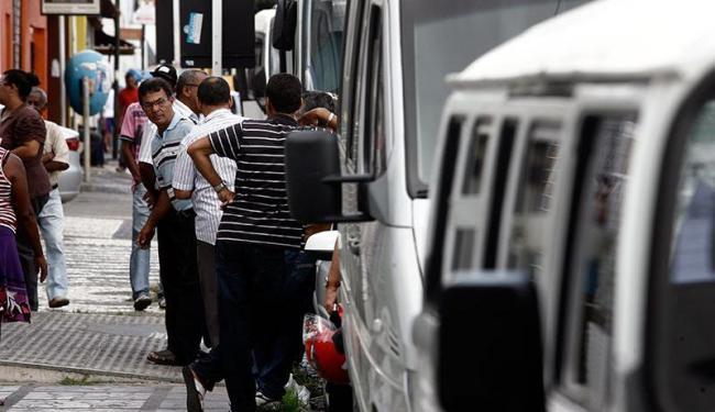Condutores dos veículos realizaram uma manifestação em frente a Secretaria Municipal de Educação - Foto: Luiz Tito | Ag. A TARDE