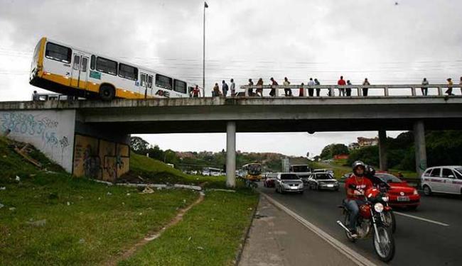 Muro evitou que o ônibus despencasse na BR-324 - Foto: Marco Aurélio Martins   Ag. A TARDE