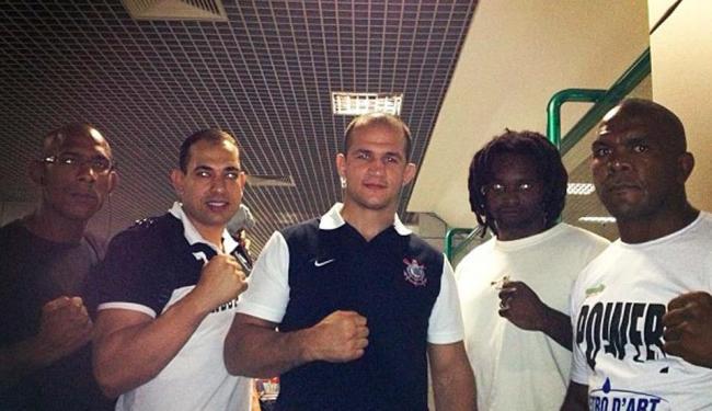 O atual campeão mundial dos pesos pesados do UFC assinou por um ano com o clube paulista - Foto: Twitter de Junior Cigano / Reprodução