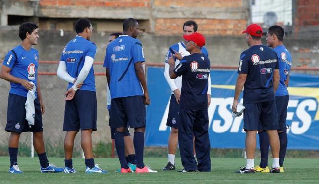 Jorginho orienta jogadores do Bahia: distância de três pontos para Z-4 volta a preocupar Esquadrão - Foto: Eduardo Martins   Ag. A TARDE