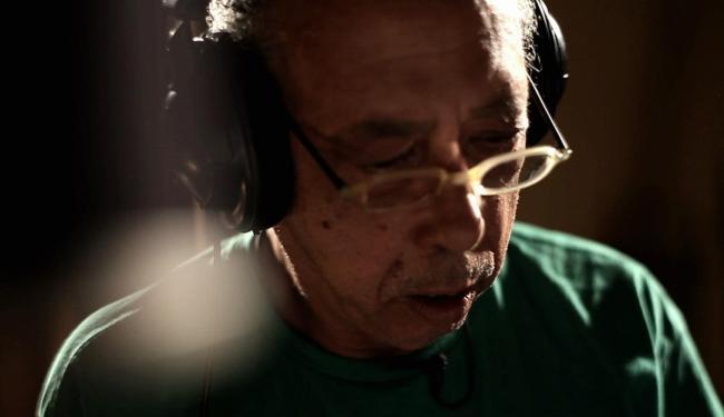Cantor Jards Macalé em ação no documentário assinado por Eryk Rocha - Foto: Divulgação