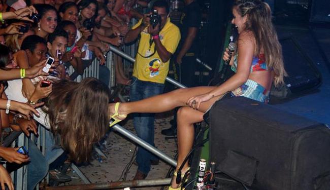 Cantora foi surpreendida com beijo no pé - Foto: Luga Neto | Ag. A TARDE