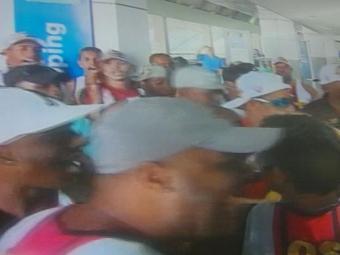 Uma média de 60 torcedores dos Imbatíveis estiveram no aeroporto - Foto: Reprodução | TV Bahia