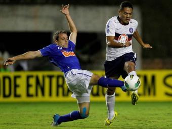 Montillo, que não joga domingo, divide bola com Hélder em Pituaçu - Foto: Eduardo Martins | Agência A TARDE