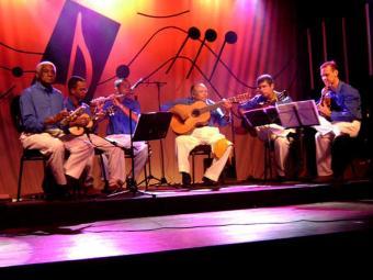 Sambista Edson 7 Cordas, no centro,, do grupo 'Os Ingênuos', faz apresenatação - Foto: Divulgação