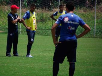 Exigente, treinador tricolor para atividade a todo momento e corrige posicionamento - Foto: Esporte Clube Bahia | Divulgação