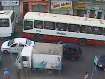 No Largo do Tamarineiro, fluxo de veículos segue com intensidade - Foto: Reprodução | Transalvador