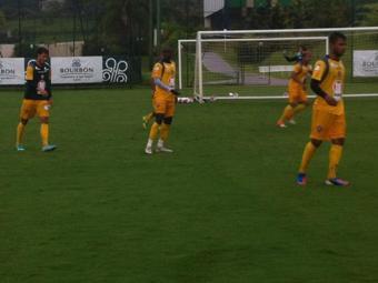 Pedro Ken (último à esquerda) treina e vira opção para duelo com o Joinville - Foto: Esporte Clube Vitória | Divulgação
