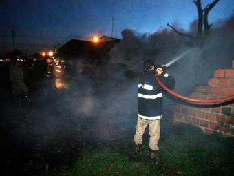 Incêndio destruiu totalmente a residência - Foto: Luiz Tito   Ag. A TARDE