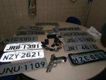 Quatro carros e diversas placas foram apreendidos no local - Foto: Divulgação | Polícia Civil