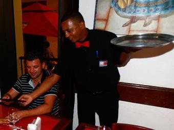 Há oportunidades para garçom - Foto: Claudionor Junior   Arquivo   Ag. A TARDE