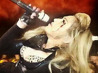 Mesmo sangrando, a cantora continuou o show - Foto: Reprodução