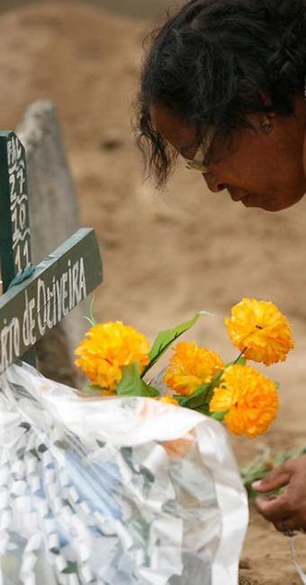 Amigos e familiares adotam a tradição de visitar os túmulos de seus entes queridos - Foto: Luiz Tito | Ag. A TARDE