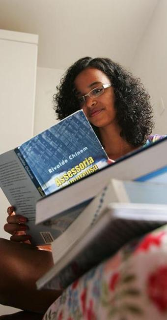 A estudante de jornalismo Marília Moreira se prepara para conquistar umas das 152 vagas oferecidas - Foto: Ivan Baldivieso | Ag. A TARDE