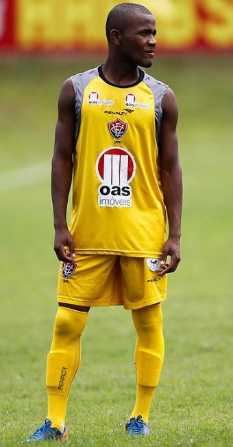Meia do Vitória diz ser fã de Ronaldinho desde pequeno e está ansioso por encontro na Série A - Foto: LUCIO TAVORA| AG. A TARDE