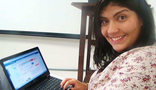 A estudante Ingra Fernandes utiliza a internet para complementar os conteúdos dos cursos presenciais - Foto: Thaís Seixas | Ag. A TARDE