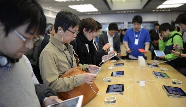 Japoneses testam o novo produto da Apple - Foto: iPad Mini