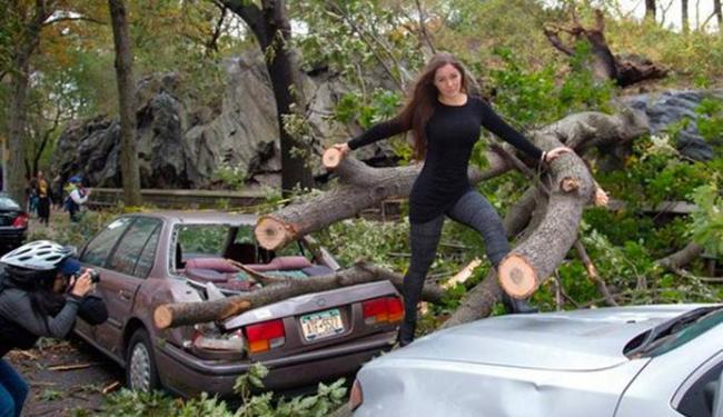 Nana posou em meio aos destroços e foi criticada pela imprensa americana e nas redes sociais - Foto: Divulgação