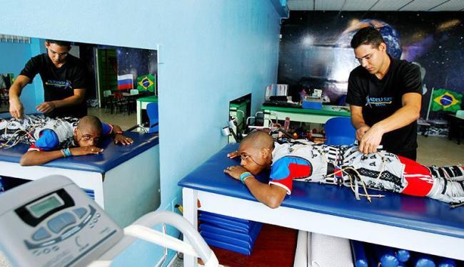 Com a adeliterapia, Rafael Cruz pode se locomover com a ajuda de muletas - Foto: Marco Aurélio Martins | Ag. A TARDE