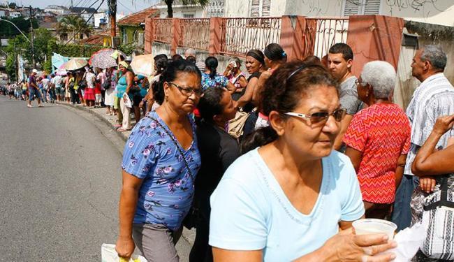Pacientes enfrentaram longa fila para marcar consulta nesta manhã - Foto: Marco Aurélio Martins | Ag. A TARDE